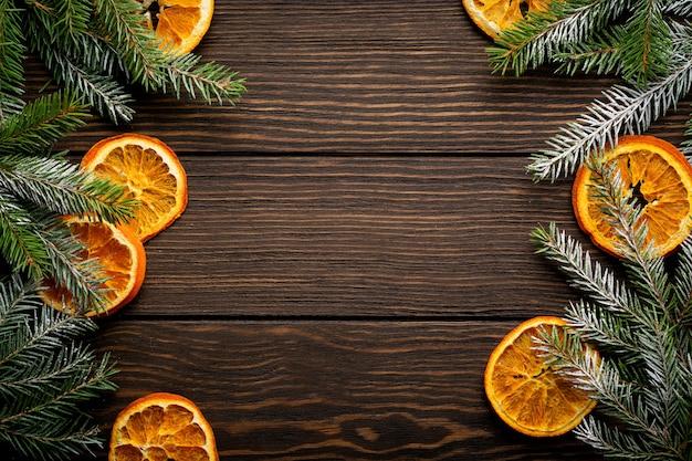 Fond de noël ou du nouvel an. branches de sapin aux épices d'orange séchée, de cardamome et de vin chaud
