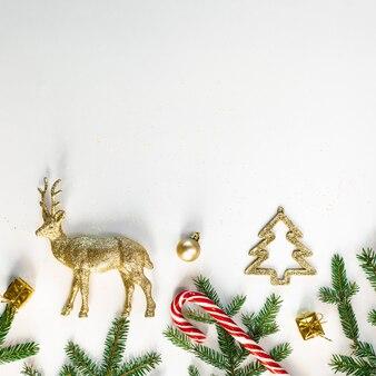 Fond de noël ou du nouvel an, composition festive de décorations de noël et de branches de sapin, espace vide pour le texte d'accueil, fond. carte postale