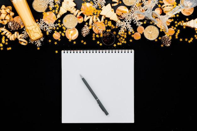 Fond de noël fesstive concept de vacances haut surface horizontale de la surface. champagne, jouets et verres.