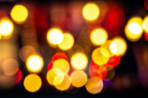 Fond de noël festif. abstrait avec des lumières défocalisées bokeh