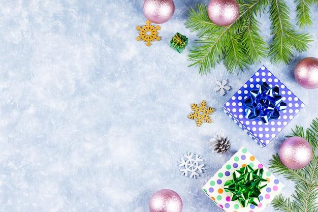 Fond de noël festif avec branches de sapin, symboles de noël, coffrets cadeaux, décorations colorées, espace de copie. vue de dessus
