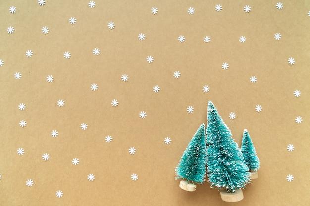 Fond de noël avec flocon de neige de papier et de la décoration, arbre sur papier