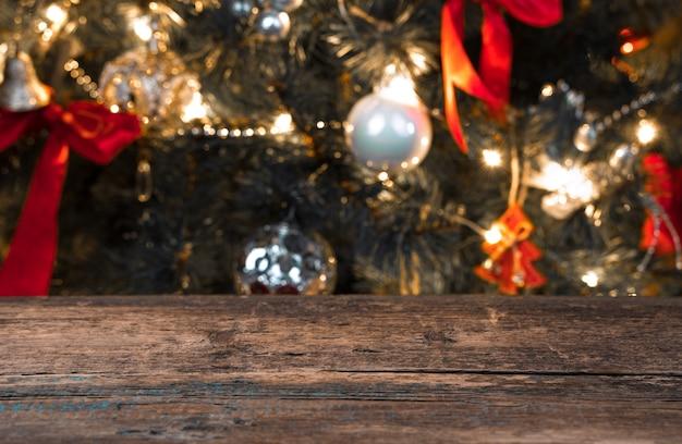Fond de noël flou avec arbre de noël et lumières.