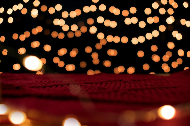 Fond de noël et lumières rougeoyantes de bokeh avec fond