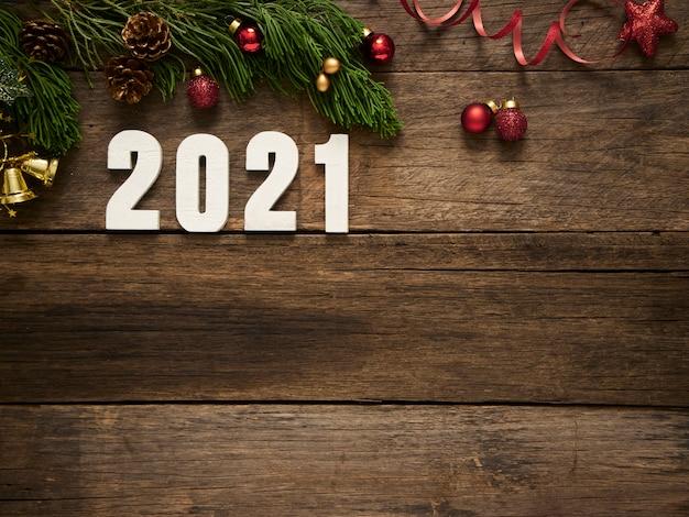 Fond de noël nouvel an 2021 avec des décorations de noël et des branches de sapin sur fond en bois foncé rustique