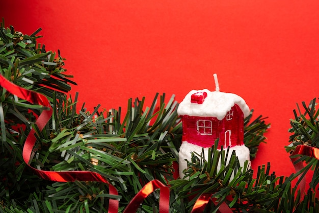 Fond de noël rouge avec décoration et maison figure le concept de célébration à la maison