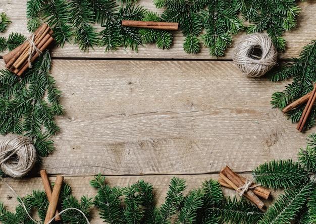 Fond de noël avec sapin et décor sur fond rustique en bois