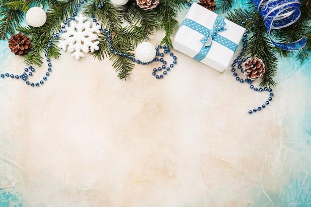 Fond de noël avec sapin et décorations festives vue de dessus avec espace copie