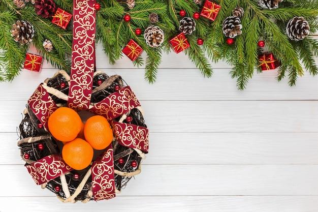 Fond de noël sapin de noël, décoration, couronne avec ruban et mandarines.