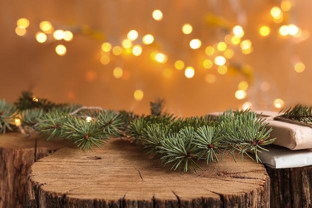 Fond de noël avec scène en bois naturel et lumières de défocalisation composition rustique avec des branches de sapin