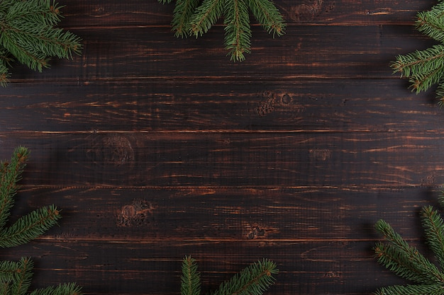Fond de noël, table en bois et arbres de noël