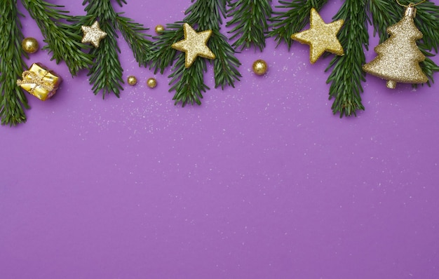 Fond de noël violet avec des étoiles dorées