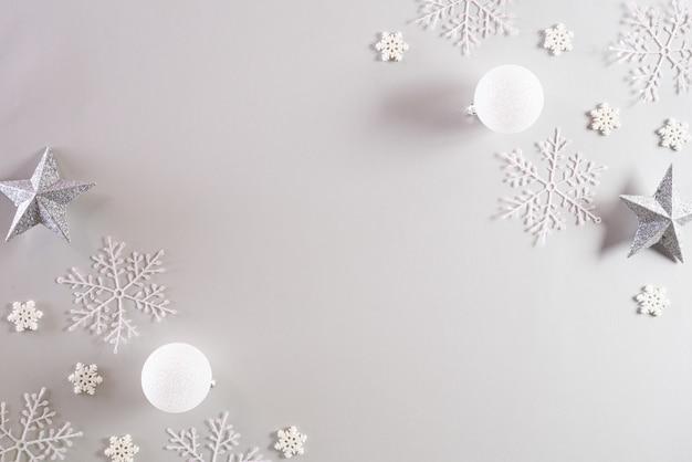 Fond de noël vue de dessus de la boule de noël avec des flocons de neige.