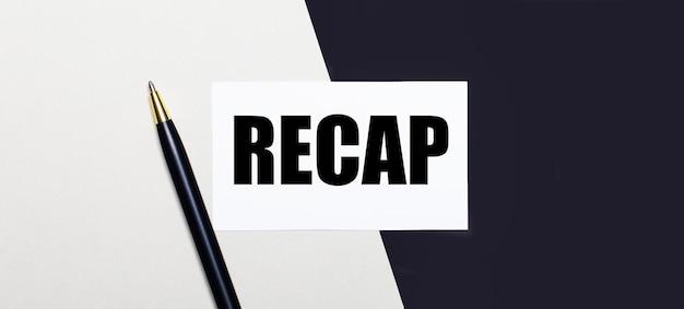 Sur un fond noir et blanc se trouve un stylo et une carte blanche avec le texte recap