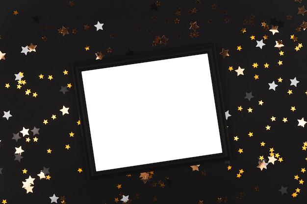 Fond noir avec des étoiles qui brillent avec un cadre noir maquette espace de copie de fond de bonne année
