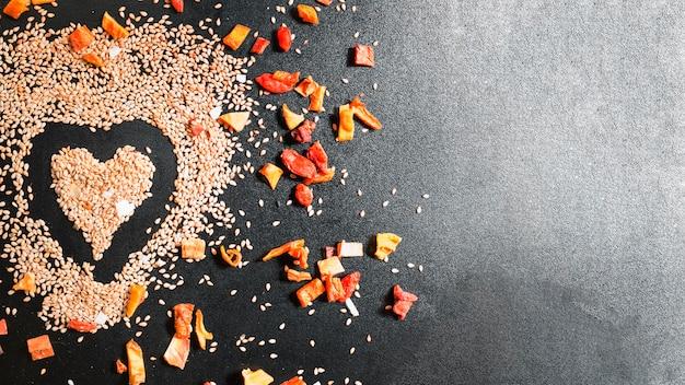 Fond noir avec des graines composées