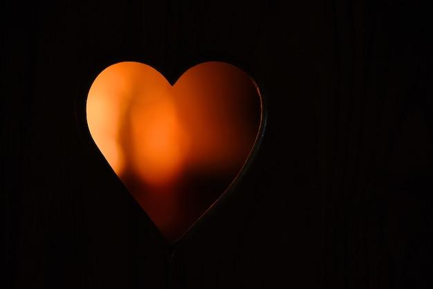 Fond noir avec silhouette coeur de feu