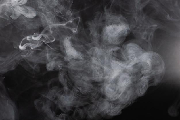 Fond noir de vapeur blanche.