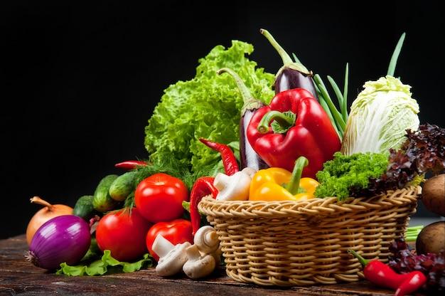 Fond de nourriture biologique légumes dans un panier