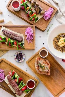Fond de nourriture de dîner avec des bols de plat de variété. vue de dessus.