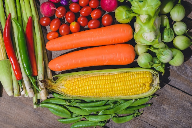 Fond de nourriture fraîche, de légumes frais, sains et savoureux, sur la table en bois