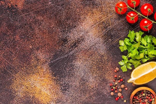 Fond de nourriture avec des légumes, des épices, des herbes