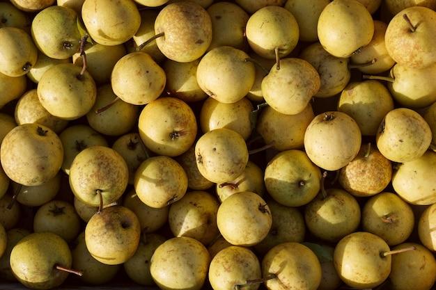 Fond de nourriture avec des poires. ingrédients frais sur une table en bois.