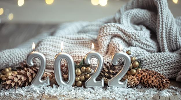 Fond de nouvel an festif avec des bougies sous la forme des nombres 2022.
