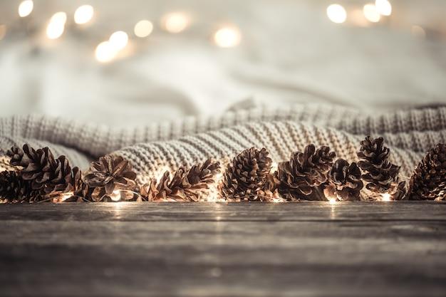 Fond de nouvel an festif avec des cônes et des lumières.