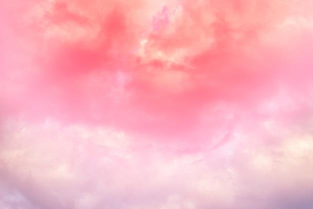 Fond de nuage avec une couleur pastel rouge