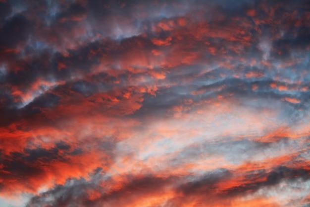 Fond avec des nuages rouges au coucher du soleil