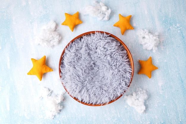 Fond numérique nouveau-né avec des nuages et des étoiles sur fond bleu