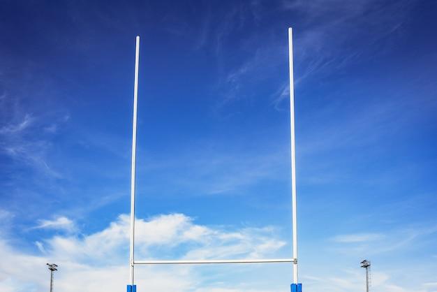Fond d'un objectif de rugby jette des ombres sur le terrain.