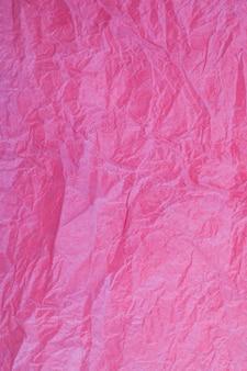 Fond obsolète texturé de papier rouge vintage froissé.