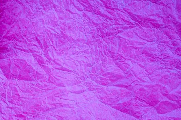 Fond obsolète texturé de papier violet vintage froissé.