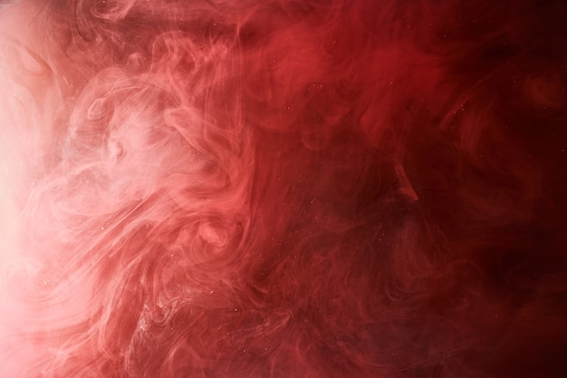 Fond d'océan rouge abstrait, peintures rubis dans l'eau, papier peint écarlate de fumée lumineuse vibrante