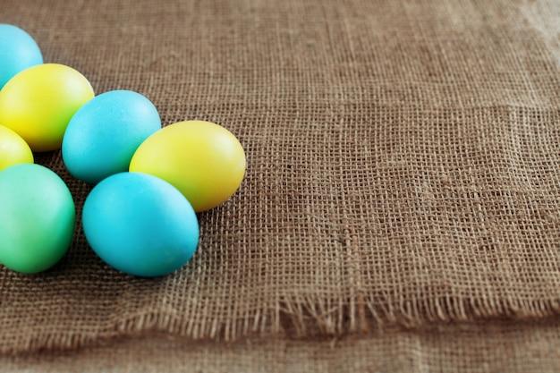 Fond avec des oeufs colorés pour les voeux. le concept d'un happ