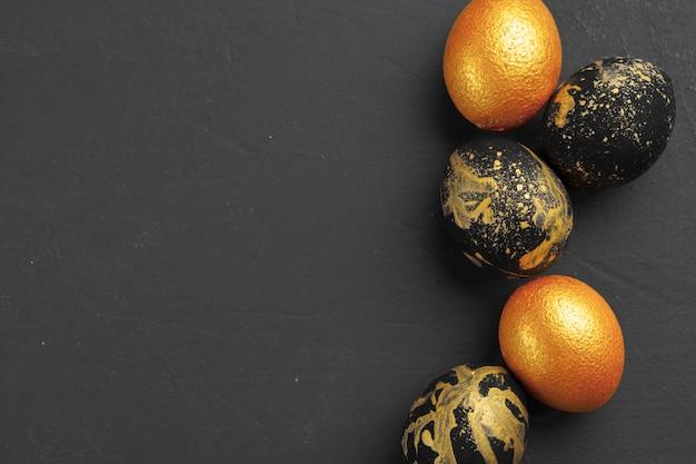 Fond avec des oeufs de pâques décorés dorés