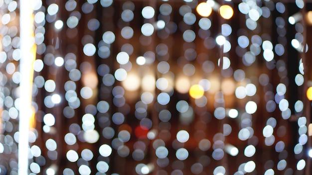 Fond d'or de noël. toile de fond rougeoyante de vacances dorées. arrière-plan défocalisé avec des étoiles clignotantes. rideau flou bokeh