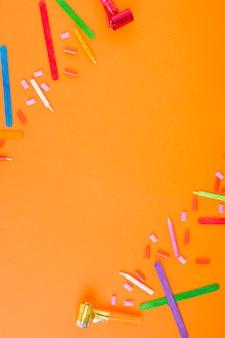 Un fond orange avec des objets décoratifs colorés