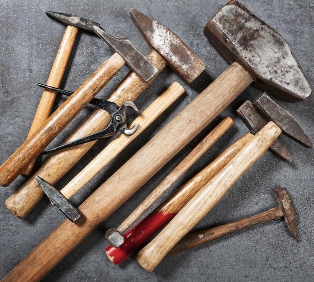 Fond d'outil old vintage collection d'outils de marteau et de pinces sur un établi en bois