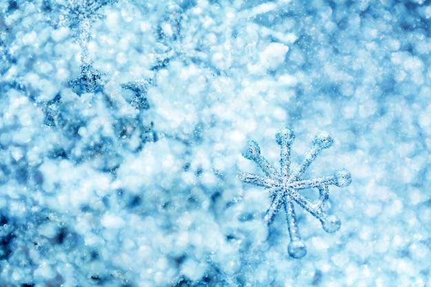 Fond de paillettes d'hiver froid avec flocon de neige
