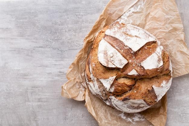 Fond de pain, vue de dessus, pains noirs et seigle sur fond noir.