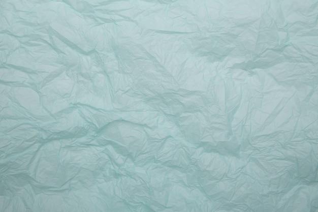 Fond de papier bleu froissé isolé.