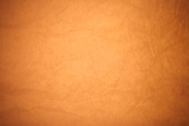 Fond de papier brun froissé.
