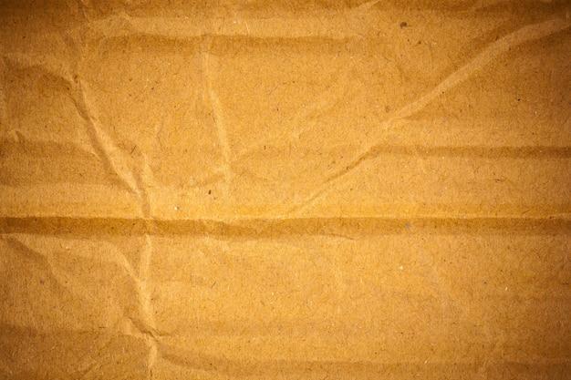 Fond de papier cartonné marron froissé texturé.