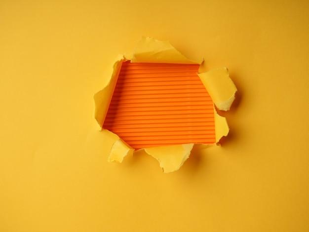 Fond avec papier déchiré, trou dans le papier
