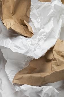 Fond de papier d'emballage froissé kraft déchiré blanc et marron