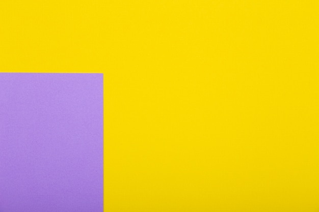 Fond de papier géométrique de couleurs jaunes et violettes