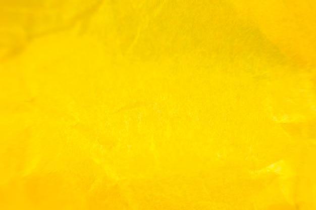 Fond de papier jaune froissé. véritable macro texture battue. gros plan photo.